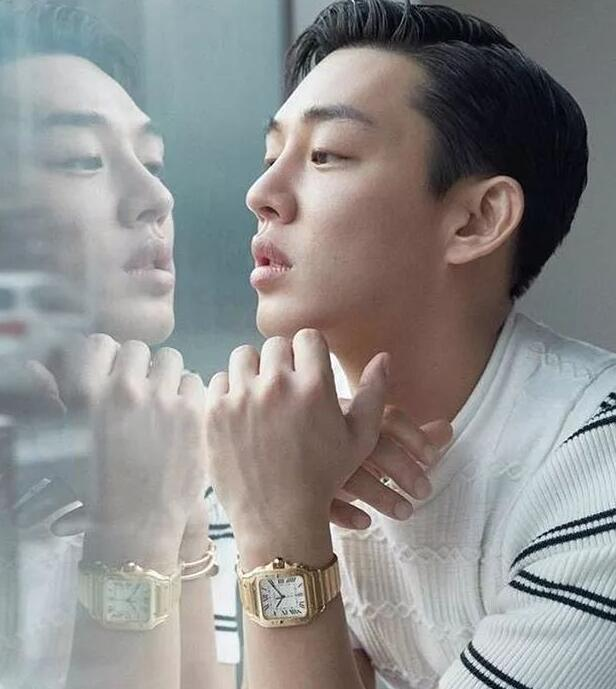 Yoo Ah In matched yellow gold Santos De Cartier duplication watch with white fashionable clothes.